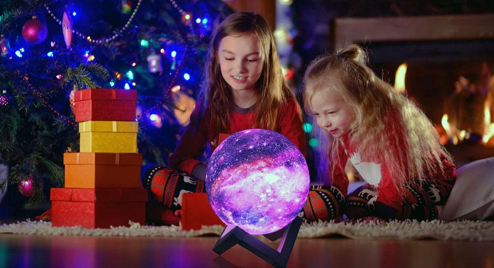 fille-ouvre-cadeau-de-noel-lampe-lune