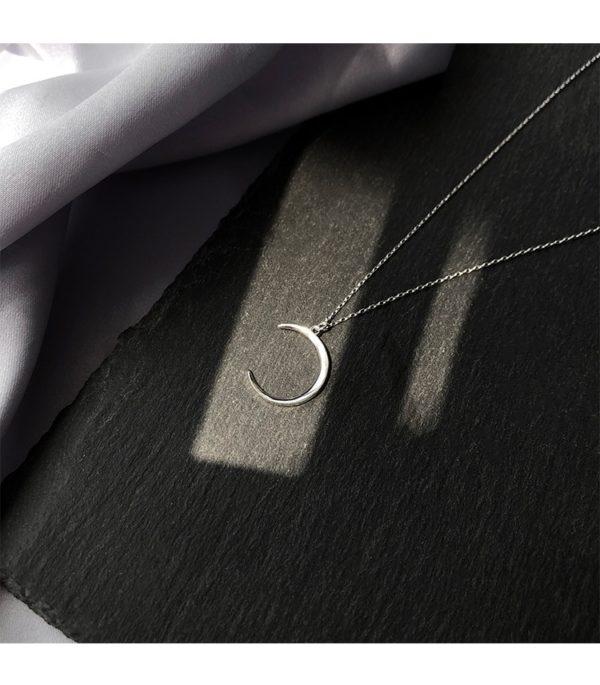 Collier croissant de lune argent sur plaque