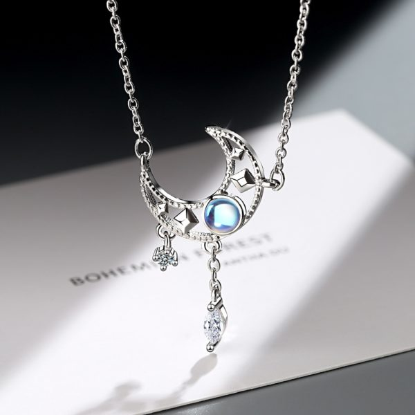 Collier lune opale étoilé mise en valeur