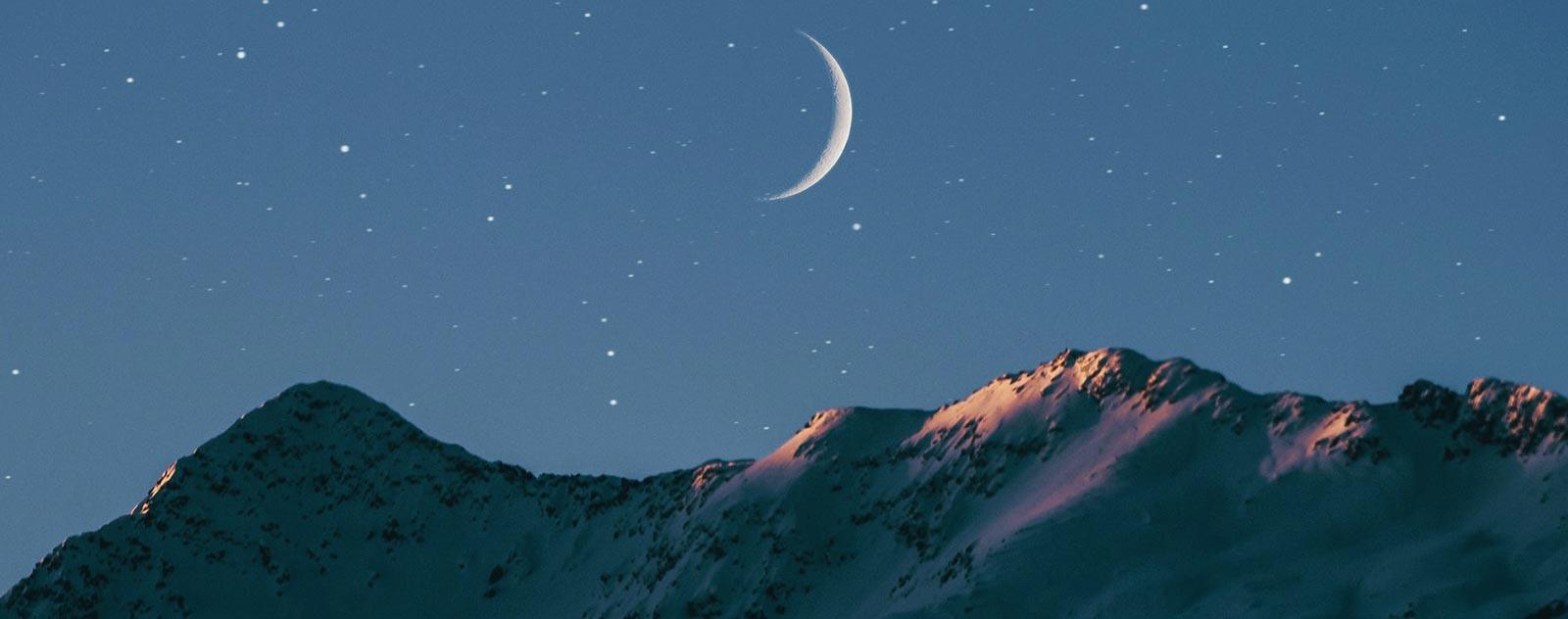 demi lune lointaine