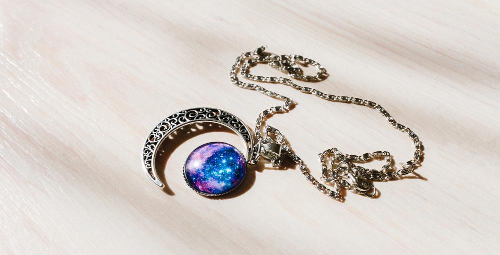 collier-lune-avec-médaillon-de-galaxie
