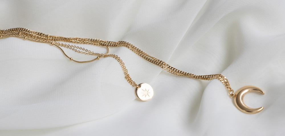 collier-lune-en-or-avec-médaillon-étoile