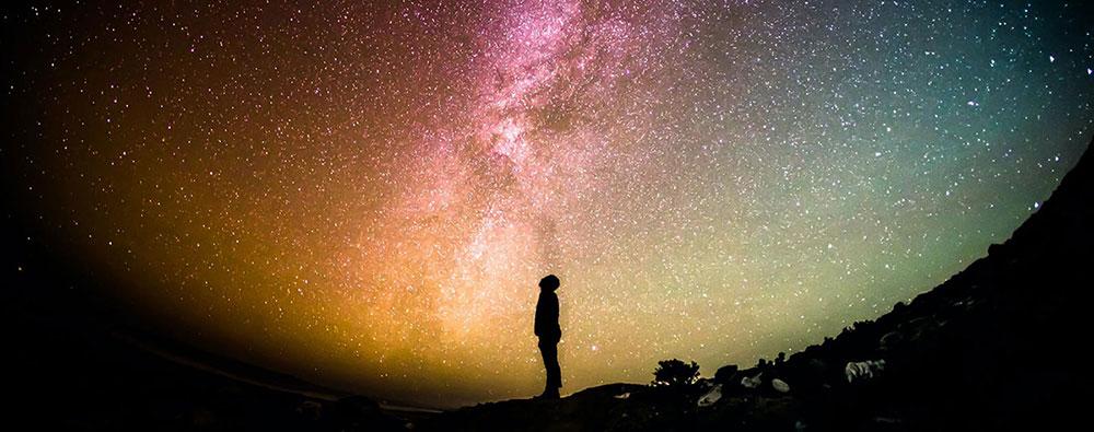 Homme-regardant-la-galaxie