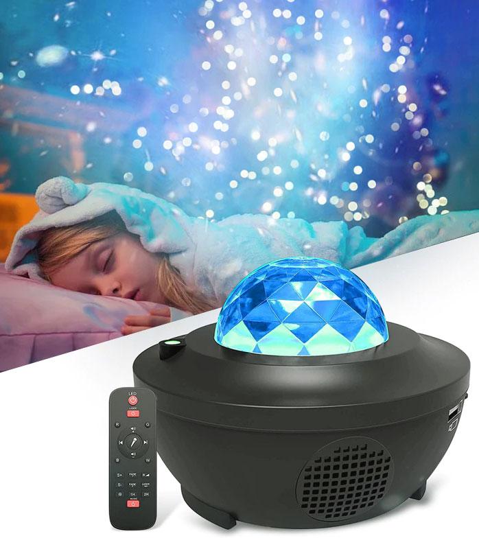 jeune-fille-qui-dort-avec-un-projecteur-galaxie