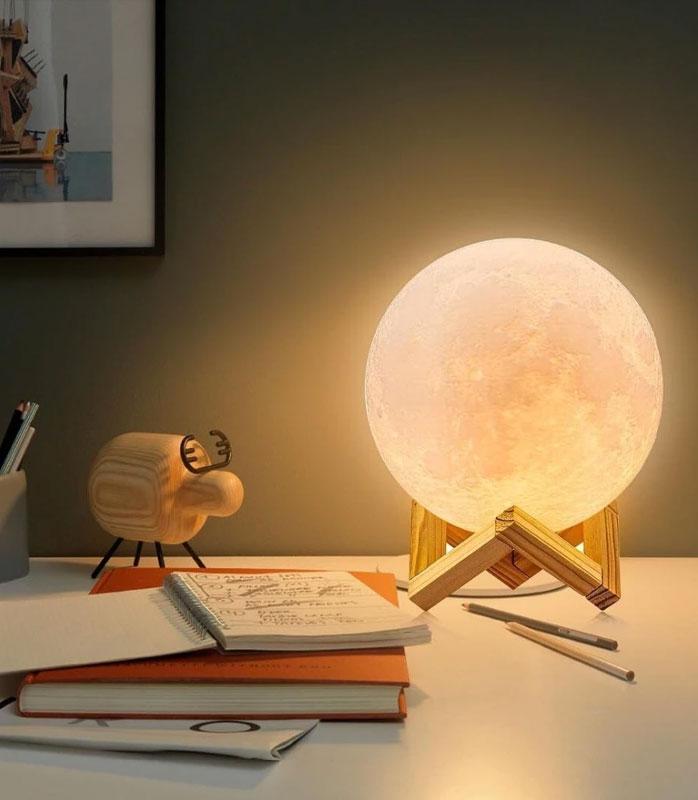 lampe-lune-sur-bureau