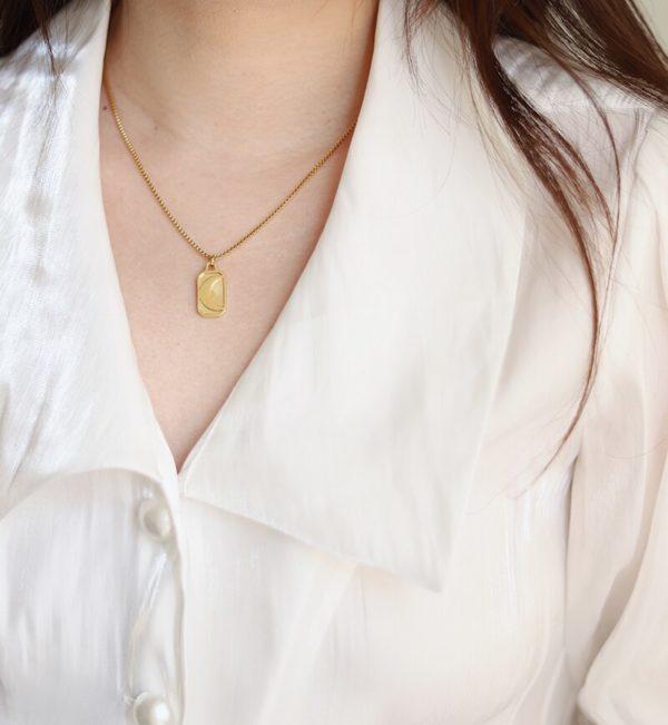 Collier pendentif lune ( Acier ) porté au cou