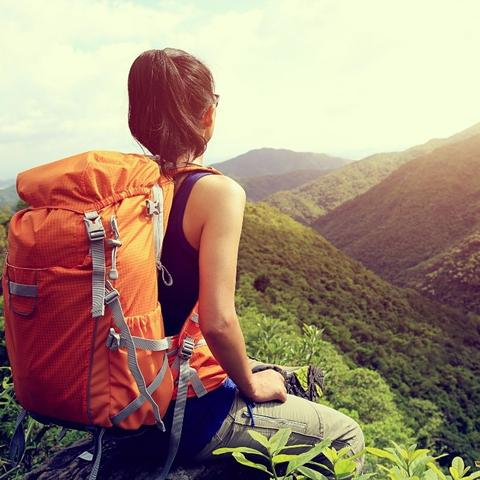 Attention à votre dos : comment porter correctement un sac à dos